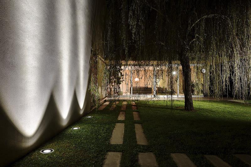 Clairer son jardin la nuit nos conseils pour un rendu - Spot eclairage arbre exterieur ...